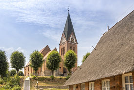 Außenansicht der St.-Marien-Kirche Sandesneben von der Seite