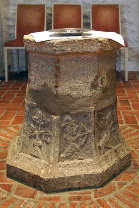 Der Taufstein der St.-Marien-Kirche Sandesneben - Copyright: Manfred Maronde